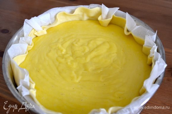 Осталось переложить осторожно крем в форму и поставить в духовку запекаться примерно на 1 час (50 мин).