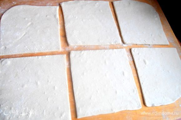 Нарезаем пласт теста на 6 квадратиков.