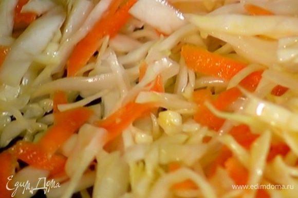 Разогреть в сковороде 1 ст. ложку оливкового масла, выложить подготовленные овощи, посолить и жарить 5–7 минут.
