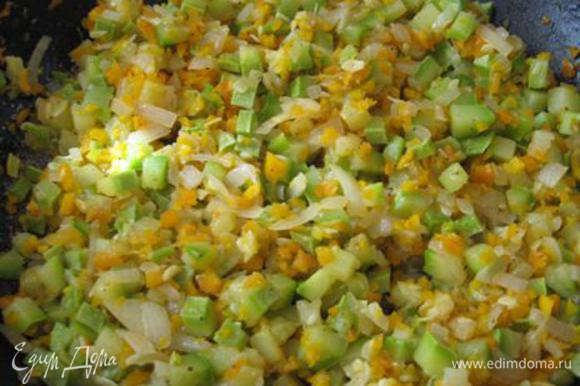 Кабачки, морковь, лук и чеснок мелко режем. На сливочном масле обжариваем до прозрачности лук и чеснок, после добавляем кабачки и морковь. Жарим до полуготовности.