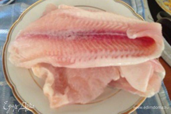Подготовьте филе рыбы. Если используется замороженная рыба, то перед приготовлением ее необходимо полностью разморозить.