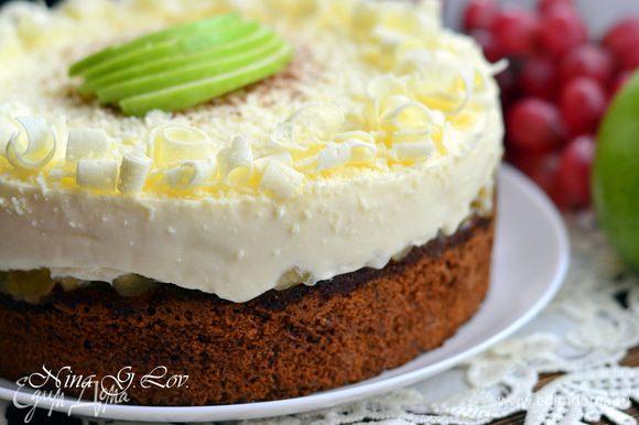 Украсить торт по желанию. Я украсила белым шоколадом,какао-порошком и зеленым яблочком.