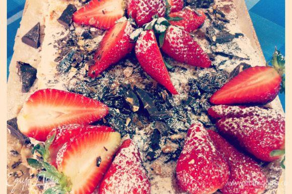 Последний штрих - украшаем! На свой вкус!! Мне повезло в тот день купить супер вкусную, ароматную и красивую клубничку и я.. Сначала посыпала обильно сахарной пудрой и оставшимися крошечками, потом выложила половинки ягод в красоту))) и между ними поломала кусочки шоколада! Вот он какой вышел))