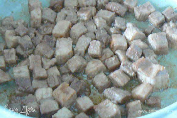 В это же время разогреть масло, добавить в него столовую ложку сахара перемешать и выложить нарезанные на мелкие кубики мясо ,обжарить до золотистого цвета.