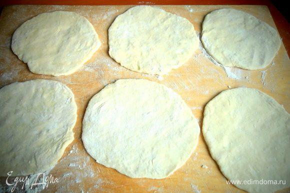 Раскатываем тесто в лепёшки примерно 10 см.
