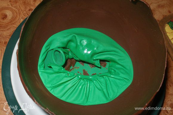 Достать шоколадный шарик из холодильника,аккуратно проткнуть иголкой,и осторожно извлечь его из шоколадной оболочки.