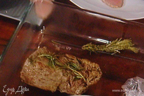Небольшой кусочек телятины посолить, поперчить, обложить вокруг травками (какие есть), чесноком, обжарить на сковороде и запекать в разогретой духовке при 150° в течении 20 мин. Оствить отдыхать в сторону, завернув в фольгу.