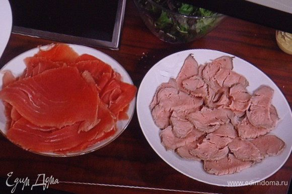 Тунец нарезать очень тонкими пластинами. Рыба будет резаться легче, если её предварительно поместить в морозилку, чтоб она маленько прихватилась. Телятину так же нарезать тонко.