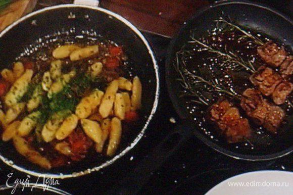 Шашлыки обжарить со всех сторон на разогретой сковороде с маслом, приправить солью и перцем.