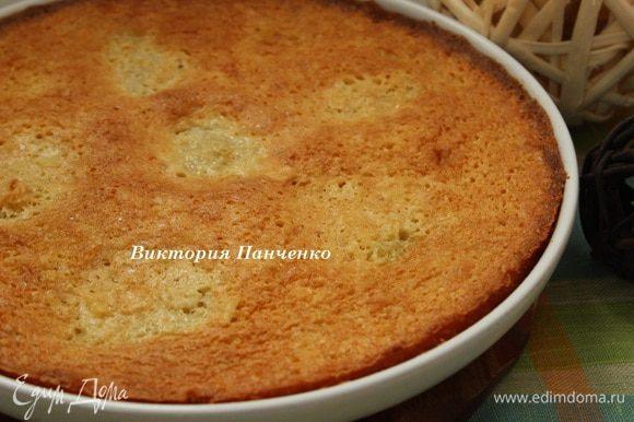Духовку предварительно разогреть до 180 градусов. Выпекать торт около 20 минут до румяной корочки.