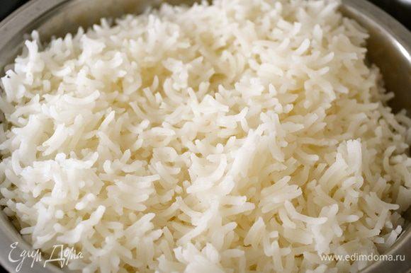 Готовый рис скинуть снова на дуршлаг и дать стечь воде. Отставить в сторону.