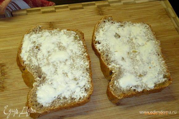 Берем столько кусков хлеба, сколько было взято яиц. Каждый кусочек намазываем сливочным маслом.