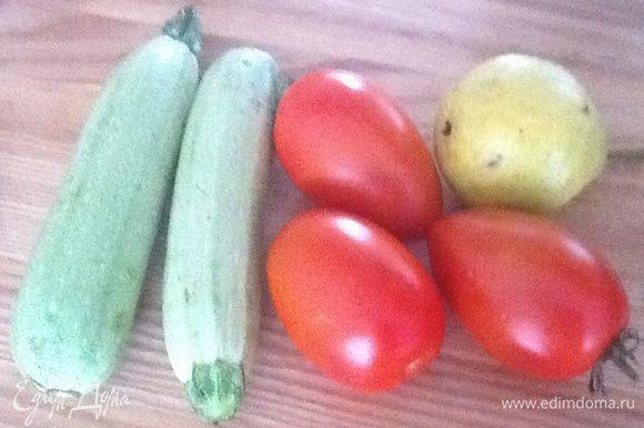 Хорошо промыть овощи. Из расчета на один кабачок - 2 помидора и половинка груши.