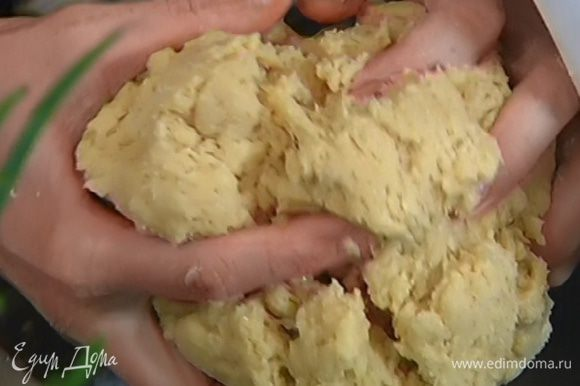 Соединить 530 г муки с оставшимися 75 г сахара, 1 ч. ложкой морской соли и вымешать в комбайне насадкой для теста. Не выключая комбайна, добавить разведенные дрожжи, по одному ввести яйца, затем немного увеличить скорость, влить ванильный экстракт и небольшими порциями ввести 150 г предварительно размягченного сливочного масла, продолжая вымешивать до получения однородного, гладкого теста.