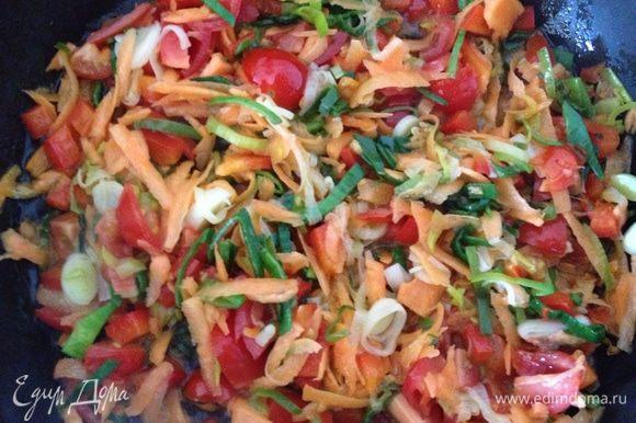 Добавляем к обжарке натертую морковь, нарезанные помидоры...