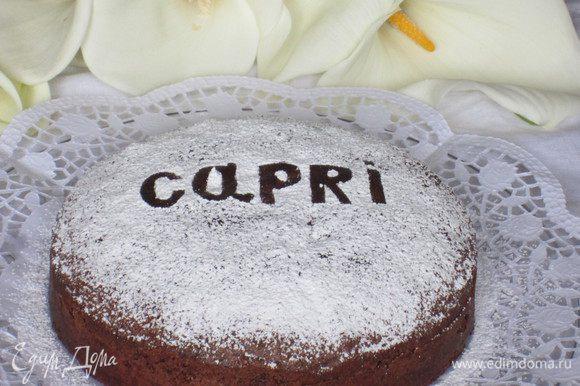 """Вырезать из плотного картона буквы и выложить слово """"Capri"""" или """"Caprese"""", посыпать сахарной пудрой."""