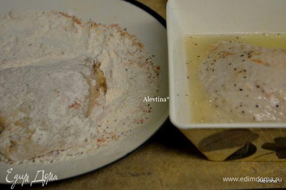 Приготовим на блюде муку, перемешать с кайенским перцем, чесночной специей, разрыхлителем и паприкой, соль и черного перца. В другой чаше перемешаем яйцо и 1 1/2 стак. воды, 1 стол.л растительного масло. Обмакнем сначала куриные бедрышки в муке, а затем в яйце с водой.