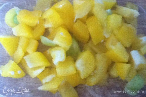 Желтый перец нарезать квадратными кусочками, примерно, 2х2 см