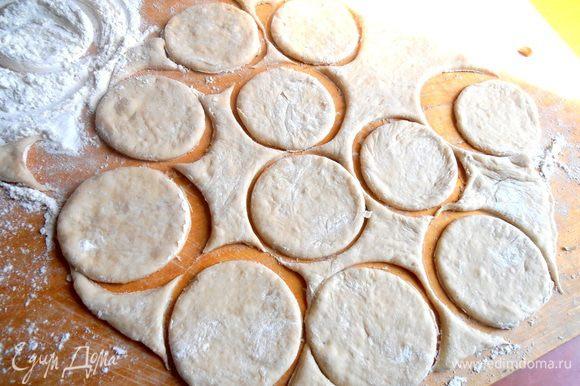 Из оставшегося теста вырезаем стаканом (окунаем его каждый раз в муку!) кружки для будущих пирожков.