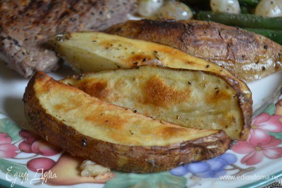 Добавить еще 1/2 стакана воды ,если нужно,перевернуть картофель и поставить еще на 40 мин. Не бойтесь, картофель не перевариться, а будет изумительно вкусным. Да можно добавить по желанию кубик бульона. Подаем к столу. Приятного аппетита.