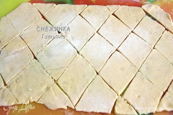 Раскатываем тесто в тонкий пласт. Я разделила тесто на 3 части, так удобнее раскатывать, по частям. Нарезаем на ромбики.