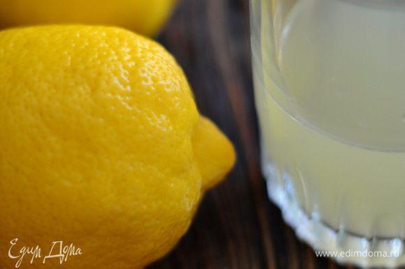 Готовим сыр Рикотту. Выжать сок 2 крупных лимонов.