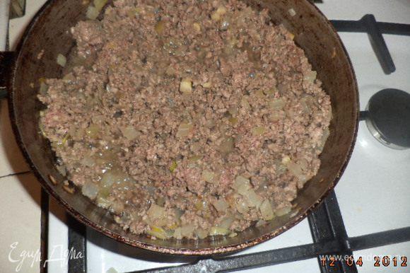 Добавить фарш и обжаривать его до рассыпчатости, постоянно помешивая. Добавить томатную пасту, цедру лимона, тимьян, петрушку, бекон, оливки, перемешать. Поперчить, посолить, ещё раз перемешать. Дать остыть.