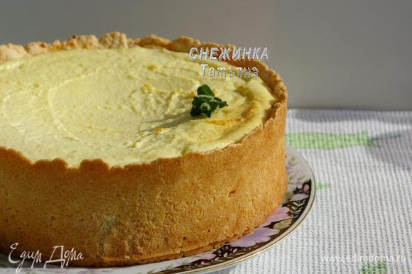 Готовому пирогу даём постоять в форме. Затем освобождаем его от формы и перекладываем пирог на блюдо.