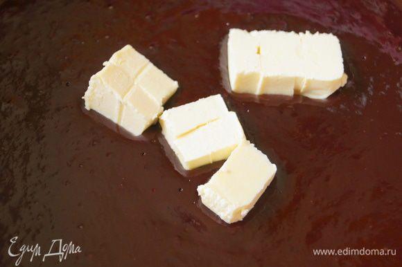 Чуть-чуть остудить и ввести небольшими порциями размягченное сливочное масло