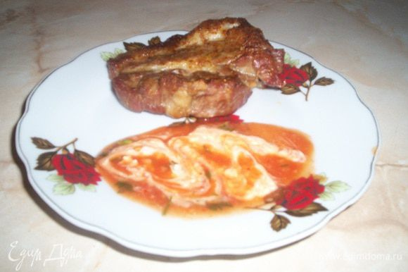 Мясо получается очень сочное. На гарнир конечно же можно предложить привычное пюре. Но очень вкусно получается если вы после того как снимите с решетке мясо на нее же положите нарезанные полосками толщиной в полсантиметра баклажаны и кабачки. Они очень быстро пропекутся в горячей духовке - если их также перевернуть с двух сторон. Приятного аппетита.