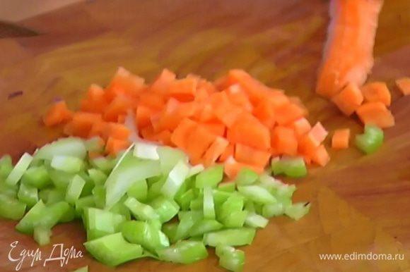 Морковь почистить и нарезать маленькими кубиками.