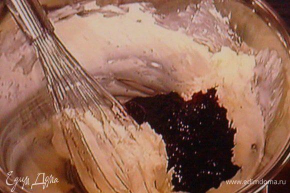 Фундук мелко покрошить, но не в пыль. Шоколад растопить с маслом. Сахарную пудру смешать с мукой и ввести с белком в шоколадно- маслянную массу. Тщательно вымешать.