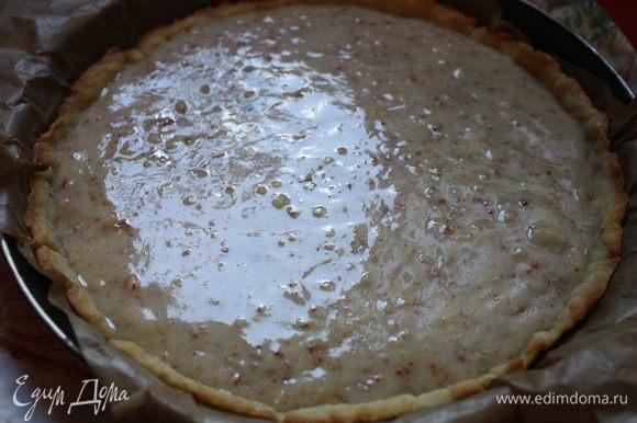 Достаем нашу форму с тестом из духовки, выливаем нашу сливочную смесь, разравниваем и отправляем обратно примерно на 25-30 минут. Тарт должен стать золотисто-кофейного цвета.