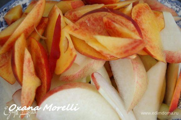 Персики вымыть, удалить косточки и порезать мякоть тонкими дольками.