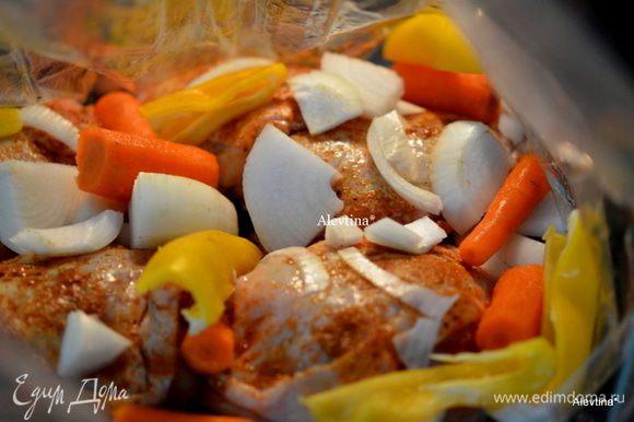 Добавить куриные бедрышки и овощи в пакет. Пакет закроем и сделаем 4 маленькие дырочки. Пакет положим на противень и отправим в духовку на 1 час.