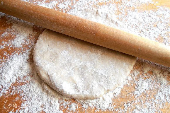 Вынимаем прохладное уже тесто и раскатываем в тонкий пласт (как на пельмени!).