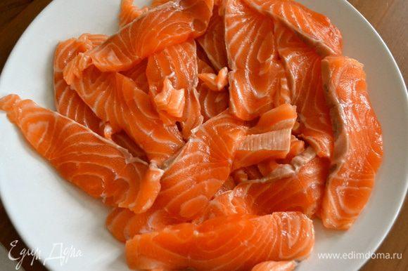 Филе лосося нарезать полосочками.