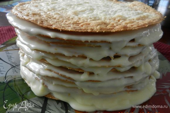 Собирать торт просто. На красивое блюдо в центре поместите 1 ст.л. крема, потом первый корж. Его покрыть слоем крема. Далее - след.корж, чуть-чуть придавить и нанести крем, и т.д., пока не выложите горку из 12 коржей. Нанесите крем по бокам торта и сверху и поставьте на ночь в холодильник вместе с излишками крема.