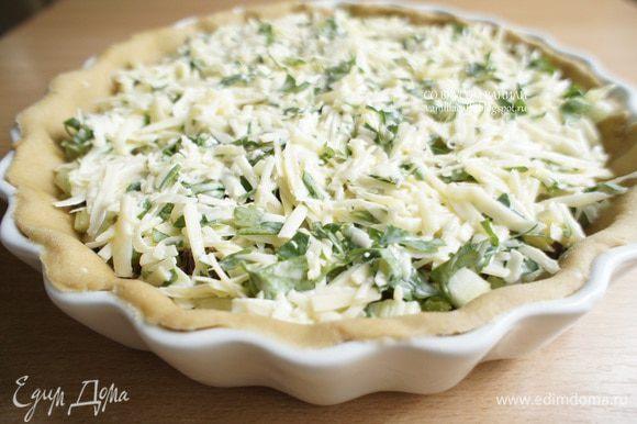 Выложить начинку в пирог и поставить в разогретую до 180 градусов духовку. Выпекать 30-35 минут.