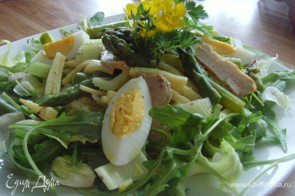 Остальные ингридиенты смешать с мясной нарезкой и крупно покрошенными яйцами, заправить оставшейся заправкой и выложить на салатные листья.