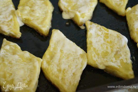 Вынимаем противень из духовки и обмакиваем каждый ромбик в растопленное сливочное масло, поливаем сметаной и ставим в духовку еще на 10 минут.