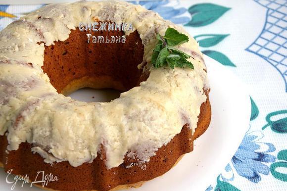 Готовому кексу даём постоять в форме минут 10, затем переворачиваем на блюдо. Можно украсить по своему усмотрению или не украшать вовсе, кекс итак самодостаточный.