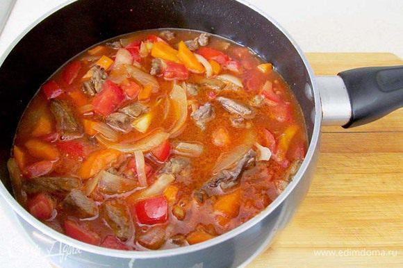Затем в сотейник добавить помидоры и томатную пасту. Если паста и помидоры очень кислые, то можно немного подсластить, чтобы выровнять вкус. Залить водой и тушить 10 минут.