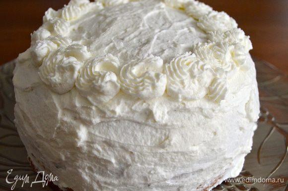 Сливки взбить с сахарной пудрой, добавить шоколадный ликер. Смазать и украсить торт сливками...