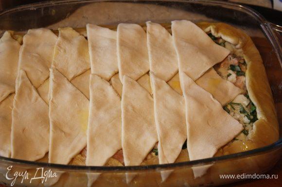 Смазываем тесто взбитым желтком и отправляем в духовку при 190 гр. на 5 минут,потом убавляем до 160 гр. еще на 15 минут.