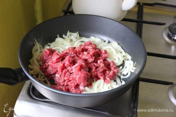 добавить говядину, обжаривать, в это время натереть морковь на крупной терке.