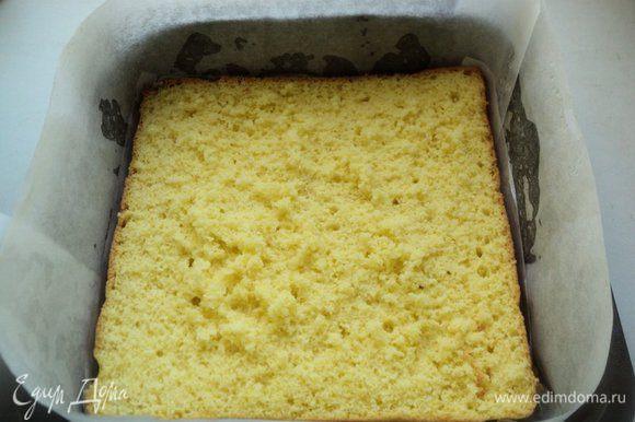 Бока формы обложить бумагой для выпечки. На дно положить один пласт бисквита.