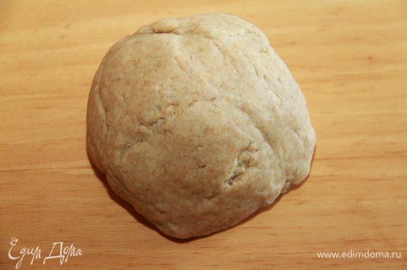 Далее вымесить тесто руками, сформировать его в шар, выложить в целлофан и убрать минимум на 1 час в холод.