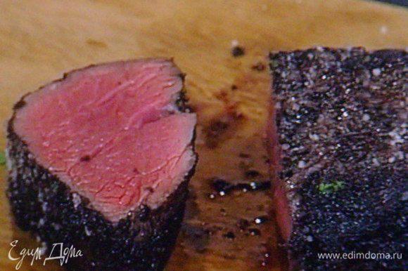 Готовое мясо вынуть из духовки и оставить на 10 мин. отдыхать, Можно накрыть фольгой. Нарезать на порции. Собрать все составляющие в одно блюдо. Приятного аппетита !