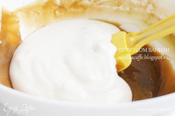 Взбитое молоко подмешать к кофейный крем.